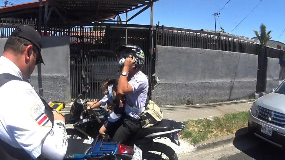 Pablo Agüero, oficial de tránsito en San José, utiliza una cámara de video en su casco desde hace dos años porque su papá se la regaló. El hombre asegura que el aparato es clave para su labor. | ALEJANDRO GAMBOA