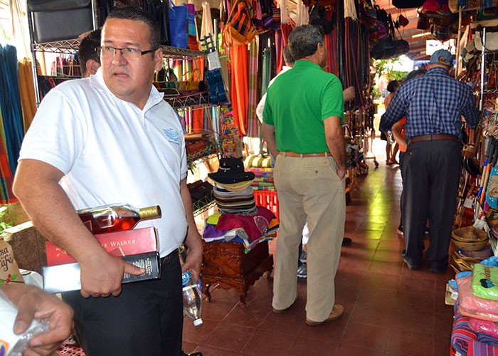 Photo from La Prensa in Nicaragua of Tico legislators, supposedly on a working trip to Managua, were seen shopping and drinking in Masaya