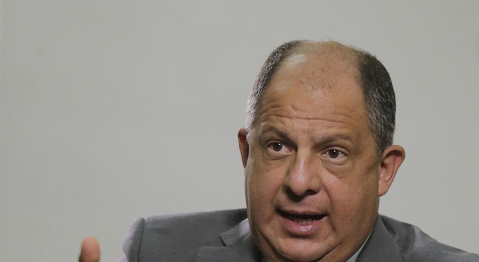 """President Luis Guillermo Solis will on television on Thursday nights with his program """"Va de frente"""""""