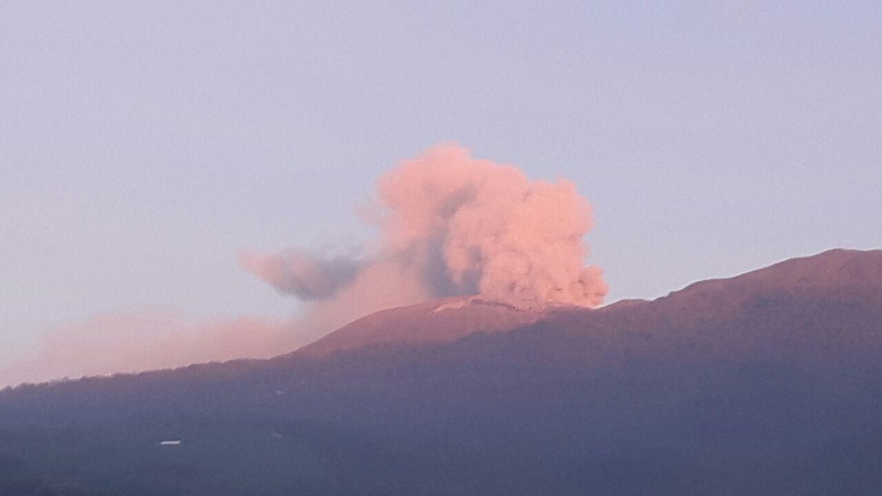 The effect of the early morning (5:30am) sun  Thursday morning turned the ash cloud reddish. Photo (Elieth Romero), La Nacion