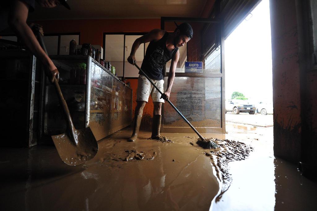 Cleaning up. Photo Alonso Tenorio/La Nacion