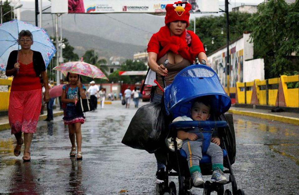 venezuelans-crossing-into-colombia1356