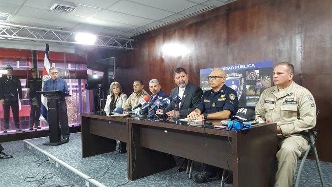 El ministro Gustavo Mata Vega, centro, hizo el anuncio la mañana de este miércoles acompañado de los jefes de los diversos cuerpos policiales de Seguridad Pública .