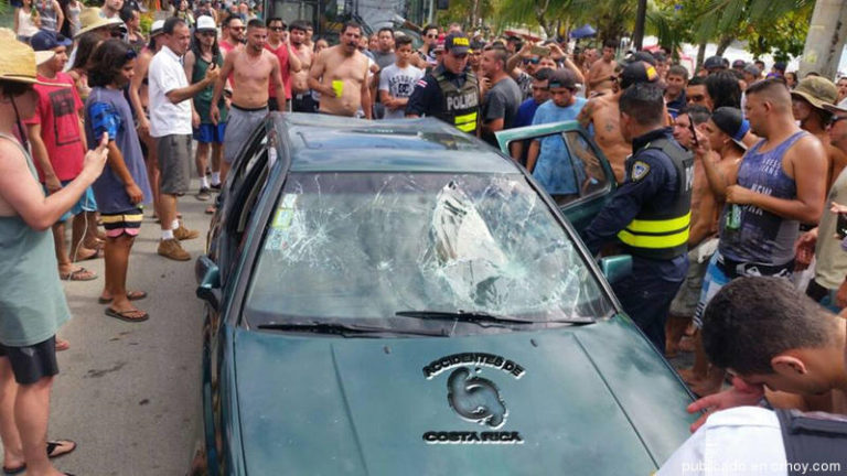 Beach Crowd Detains Suspects In Attempted Robbery Of Foreigner