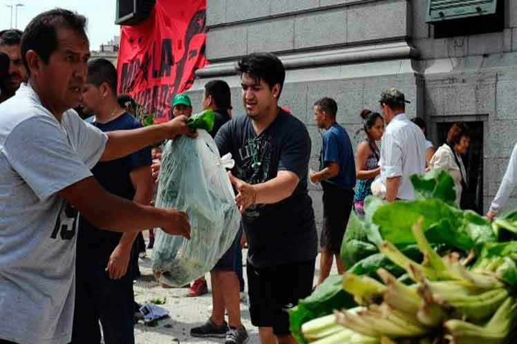 Panama Farmers Give away Tomatoes to Protest Over Imports
