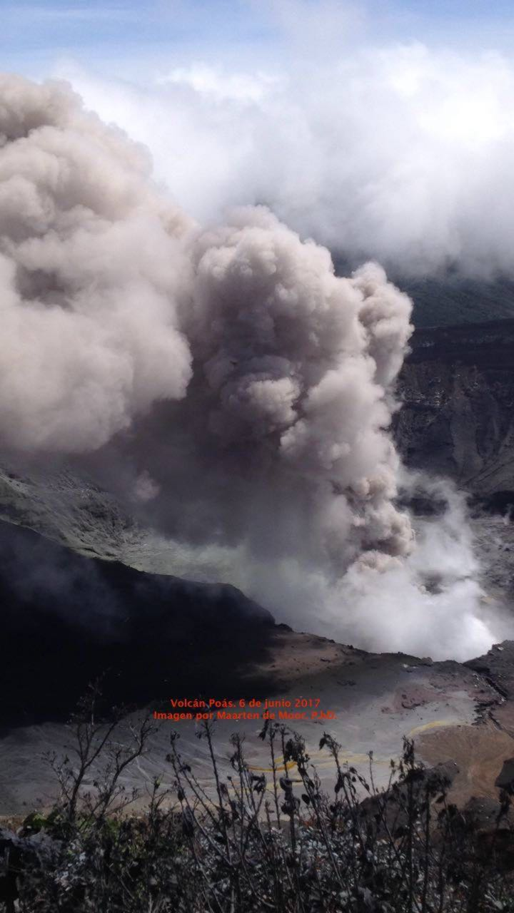 Poas Volcano Blows Smoke and Ash 1Km High In Tuesday Morning Eruption