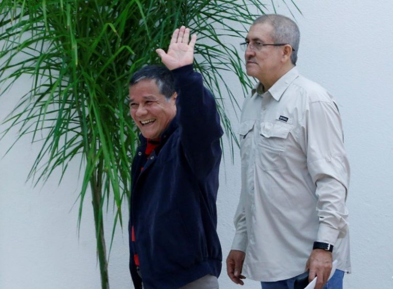 Colombia President Signs Ceasefire Deal With ELN Rebels for 1st Time in History
