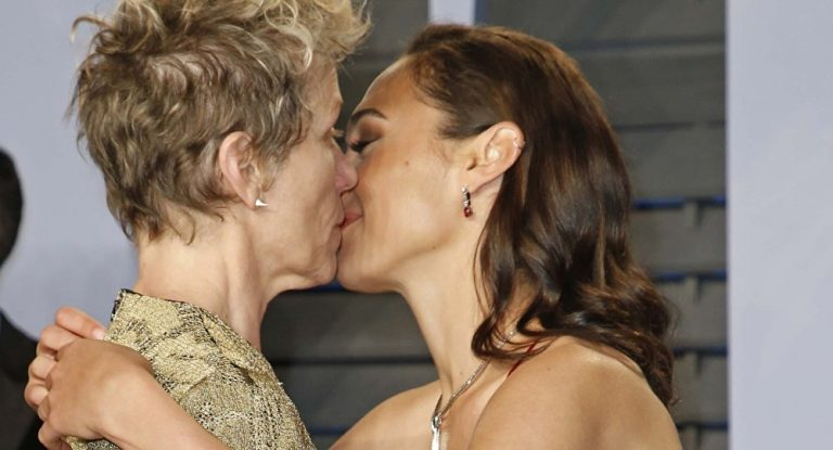 Gal Gadot Kisses Oscar Winner at Vanity Fair Bash (PHOTO)