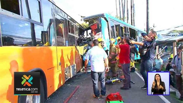 Two Buses Crash Into Each Other In Early Morning Traffic On The Autopista General Cañas (Photos)