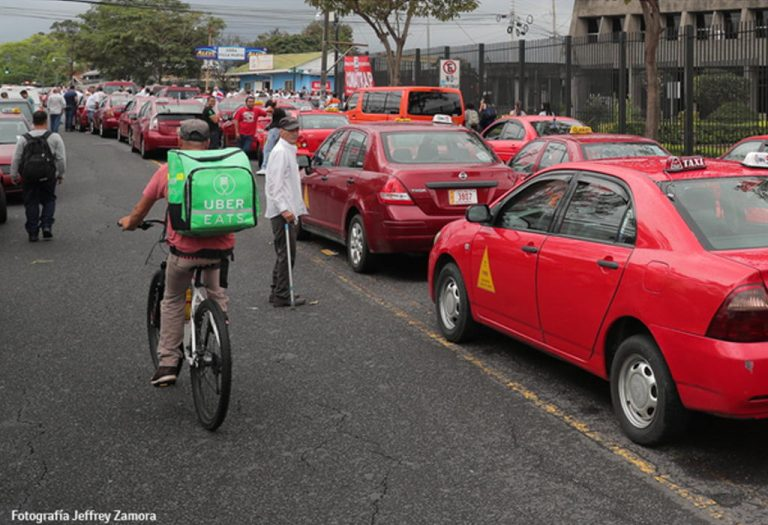 Photo of Uber Eats cyclist in the middle of taxis goes viral in social networks