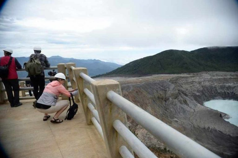 More than 1,500 people visited the Poás volcano in the first three days of reopening