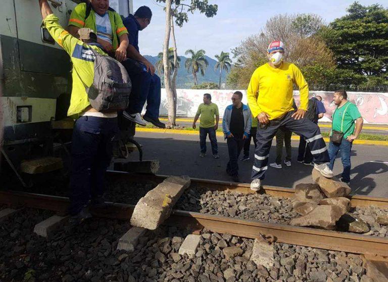 San Jose municipal employees prevent the passage of the commuter train (Photos)