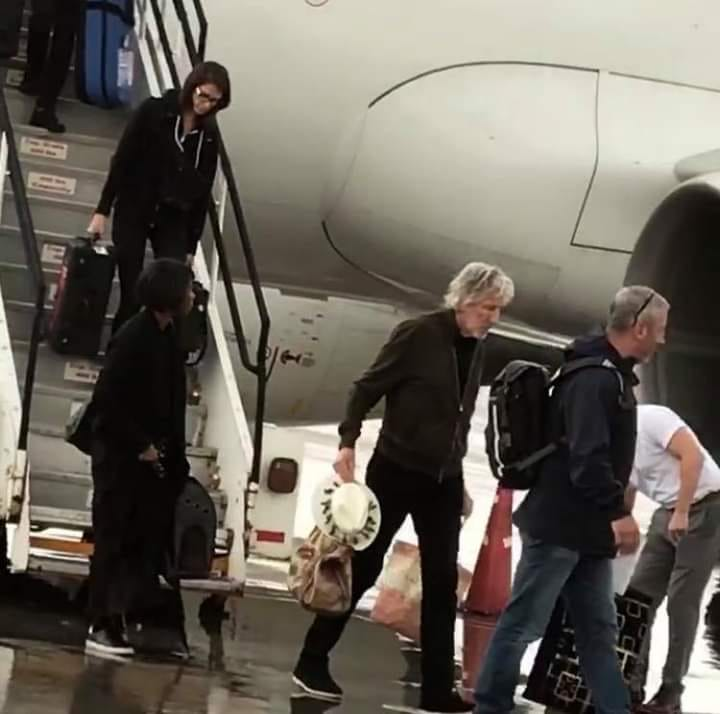 Roger Waters is already in Costa Rica! Gets A Tico Welcome By Fans.
