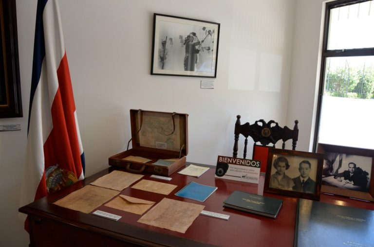 """The desk of """"Don Pepe"""" declared a patrimony and is now officially owned by the José Figueres Ferrer"""