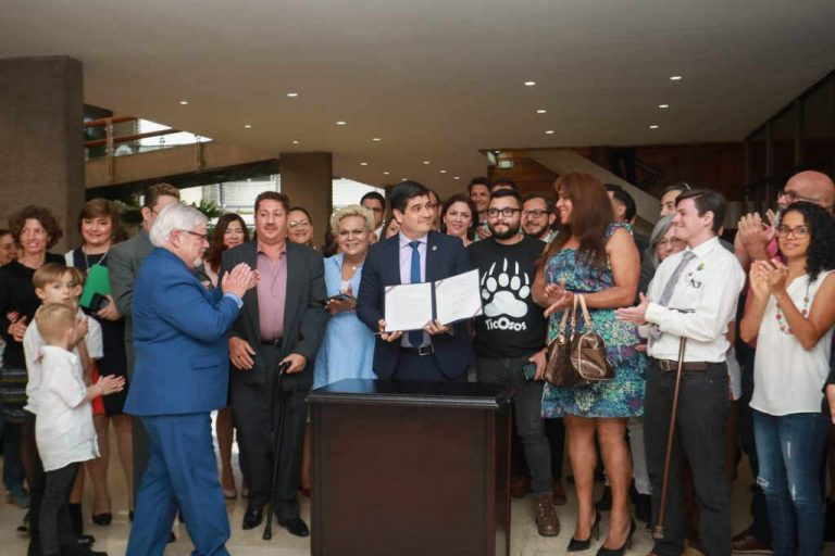 President Signs Decrees To Guarantee The Rights of LGTBI People in Costa Rica