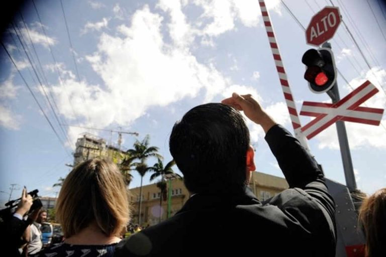 Transito To Give Advice To Drivers and Pedestrians To Avoid Accidents With The Train