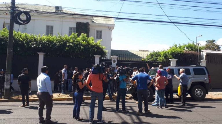 Supporters of Guaidó and Maduro clashed outside the Venezuelan embassy in San Jose