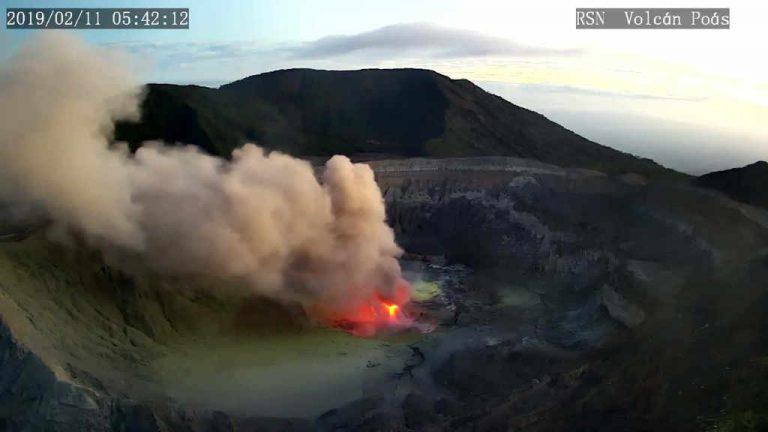 """Poás Volcano had """"episodes of incandescence"""" this morning (Photos & Video)"""