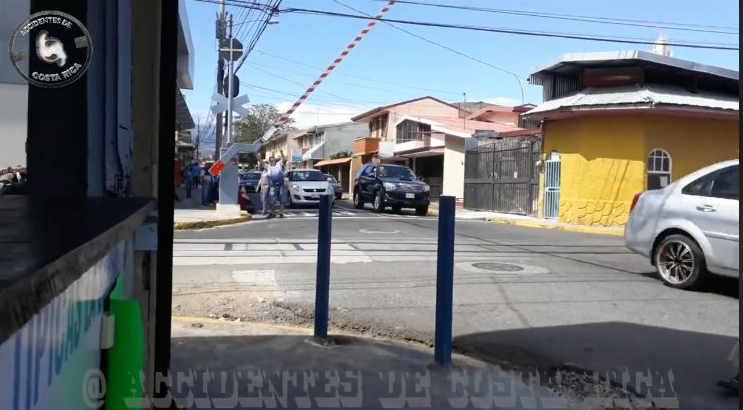 Man Decides To Manually Operate The Train Level Crossing in Heredia Center (Video)