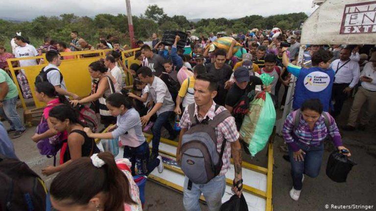Venezuelans storm Colombian bridge