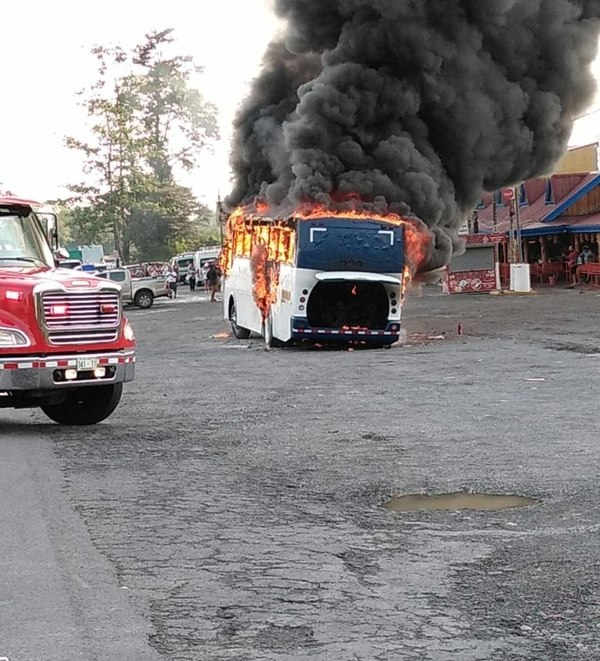 Tour bus catches fire in restaurant parking on Ruta 32