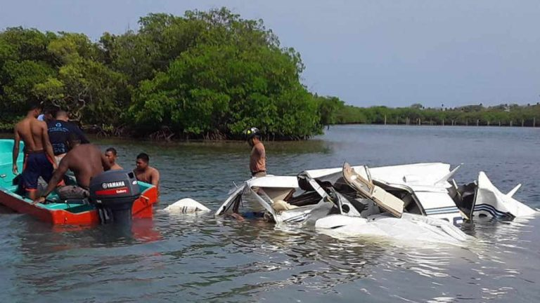 5 killed when plane crashes into sea after takeoff in Honduras