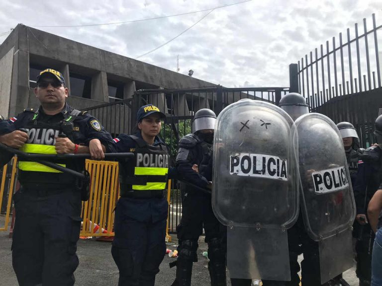 Violence At Casa Presidencial: Protestors Throw Stones And Dynamite