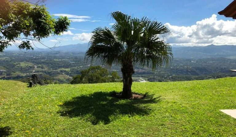 How difficult is it for retired expats to make Costa Rican friends?