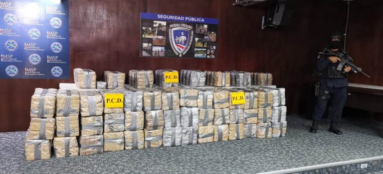 Authorities seize a ton of cocaine in a boat in Puntarenas