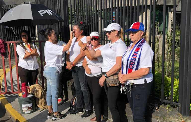 Women taxi drivers chained themselves to Casa Presidencial gate