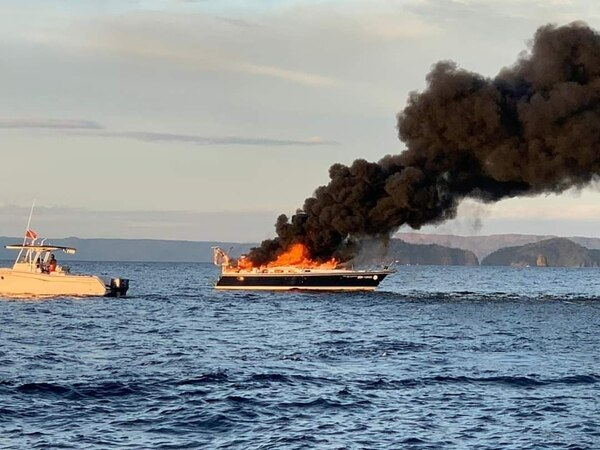 Sailboat catches fire in front of Ocotal beach: four tourists and two crew saved