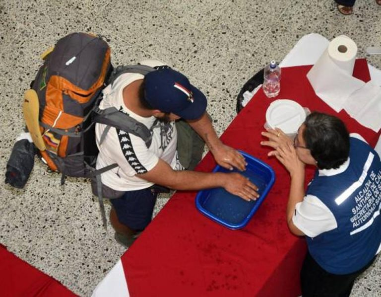 Colombia closes its borders to foreigners