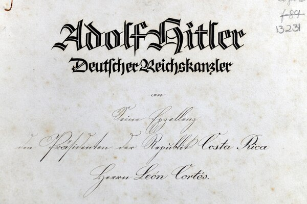 German woman deciphers strange letter with Gothic script that Hitler sent to Costa Rica