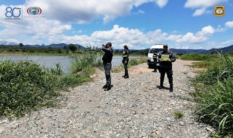 Nicaraguans try to enter Costa Rica through the San Juan River, despite the closure of borders