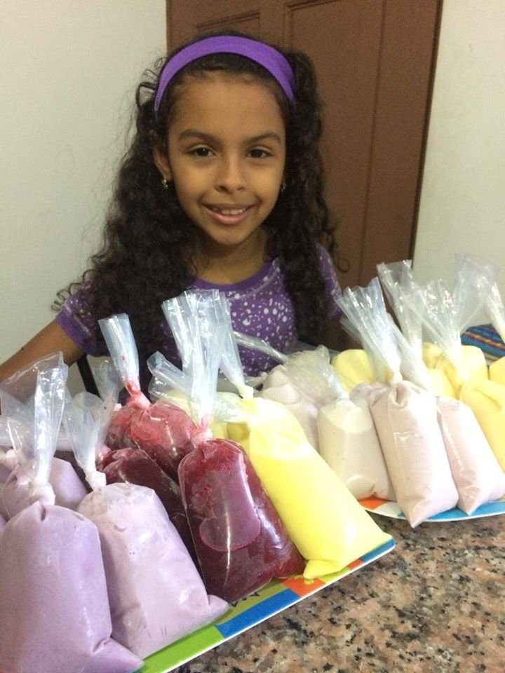 Nine-year-old girl sells 'bolihelados' to help family in crisis