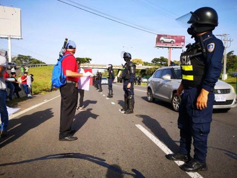 Protesters block ruta 27 in Santa Ana this Friday morning