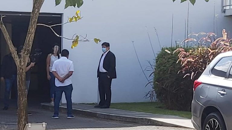 Santa Ana demonstrate in front of Carlos Alvarado's house; President comes out and talks with them