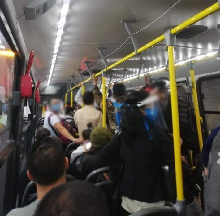 Buses with standing passengers and crowded stops this Monday