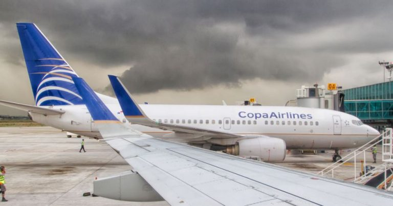 Which airlines are arriving and departing from Costa Rica and which are not?