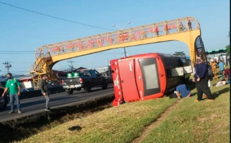 Bus ends up in ditch on General Cañas Monday afternoon (photos)