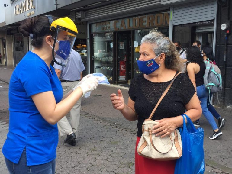 Doctors took to the streets of San José to give away masks and teach how to use them