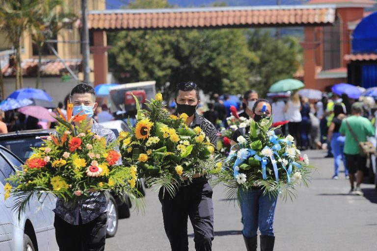 """Neighbors support relatives of seven who died in an accident in Cartago: """"Your pain is ours."""""""