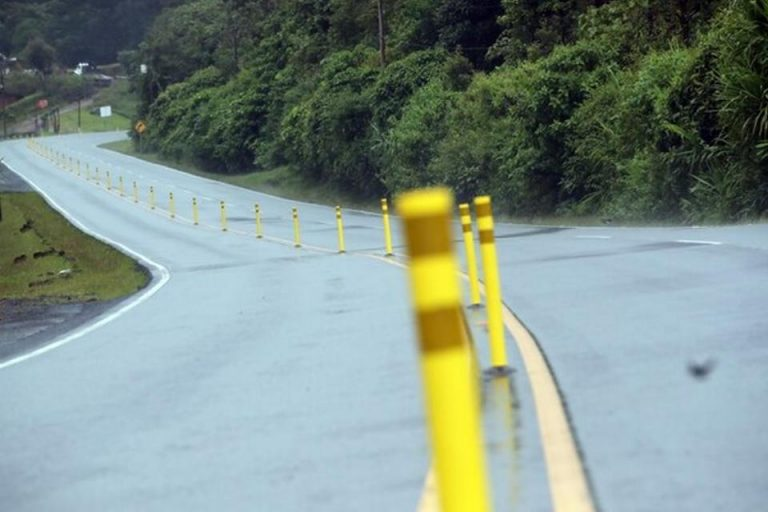 They did not last a day: the first flexible delineator posts on ruta 32 downed