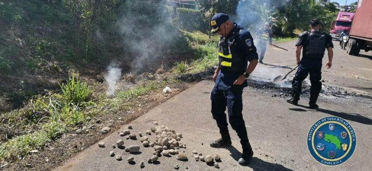 Protesters shoot police officers who tried to remove the blockade in Upala