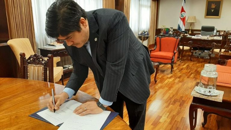 President signs law to reduce the 2021 Marchamo