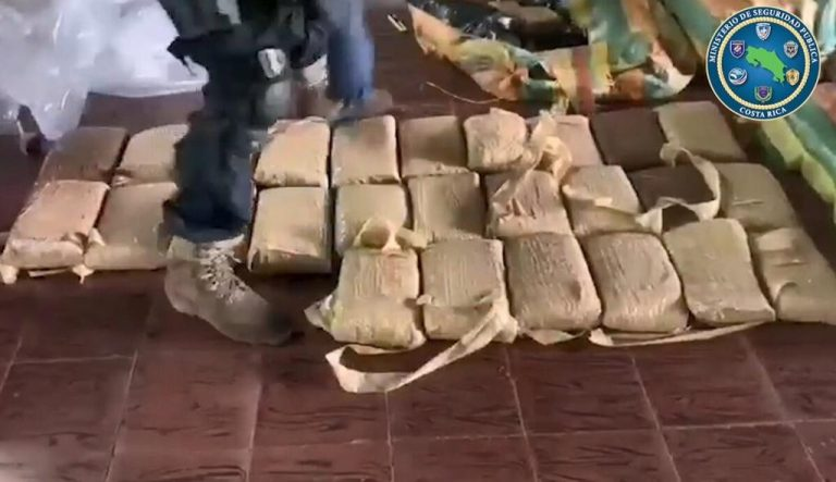 Alleged fisherman with half a ton of drugs in a boat throws himself into the sea to try to flee from the Police