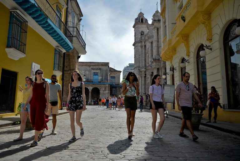 Cuba will isolate tourists in hotels due to outbreak of covid-19
