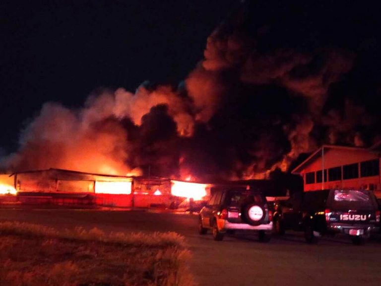 Fire devours plastics warehouse in Alajuela