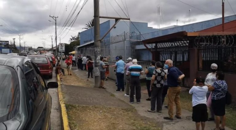 Seniors generate long lines to get vaccinated (without an appointment) at the Tibás clinic