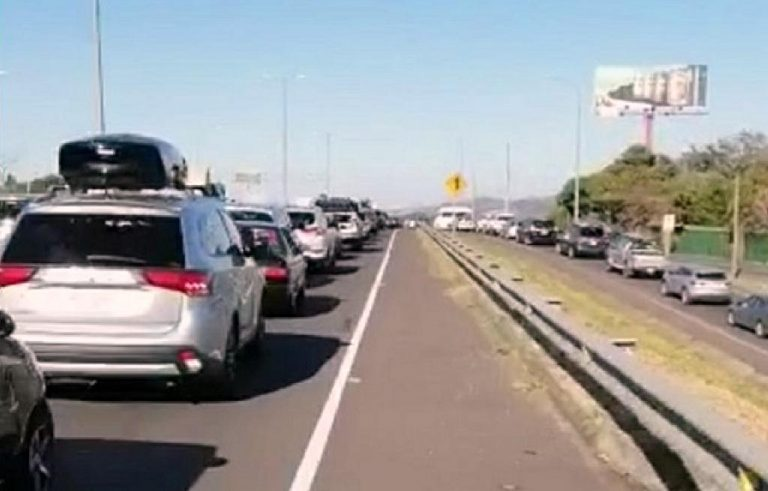 Ruta 27 this Friday collapsed due to the number of vehicles heading to the Pacific